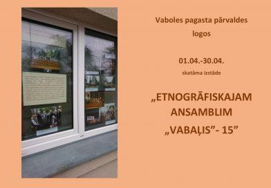 """Vaboles pagasta pārvaldes logos skatāma izstāde ETNOGRĀFISKAJAM ANSAMBLIM """"VABAĻIS""""- 15"""